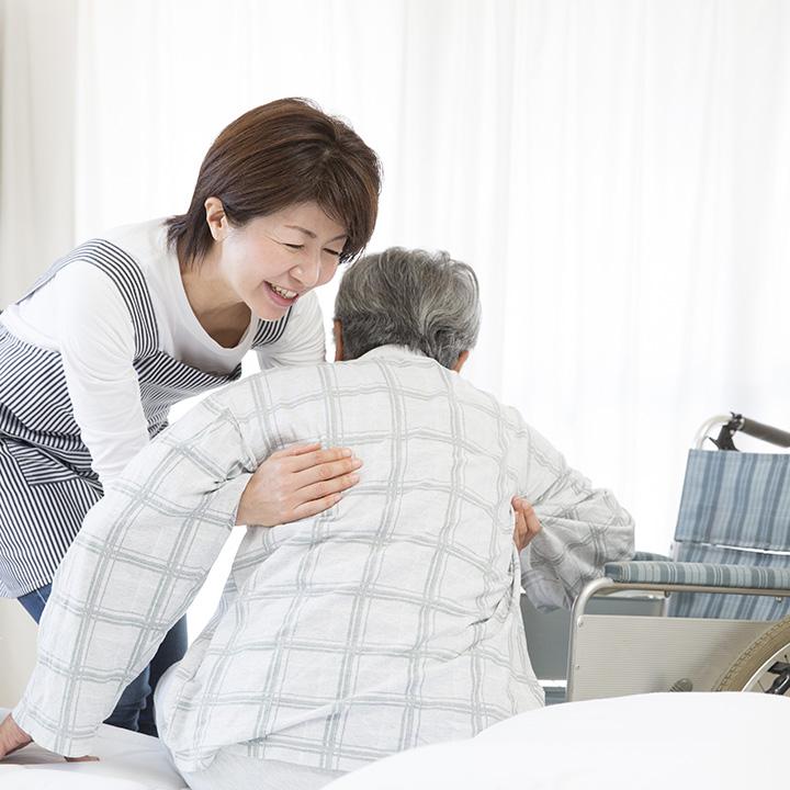 利用者の介助をする「介護職」